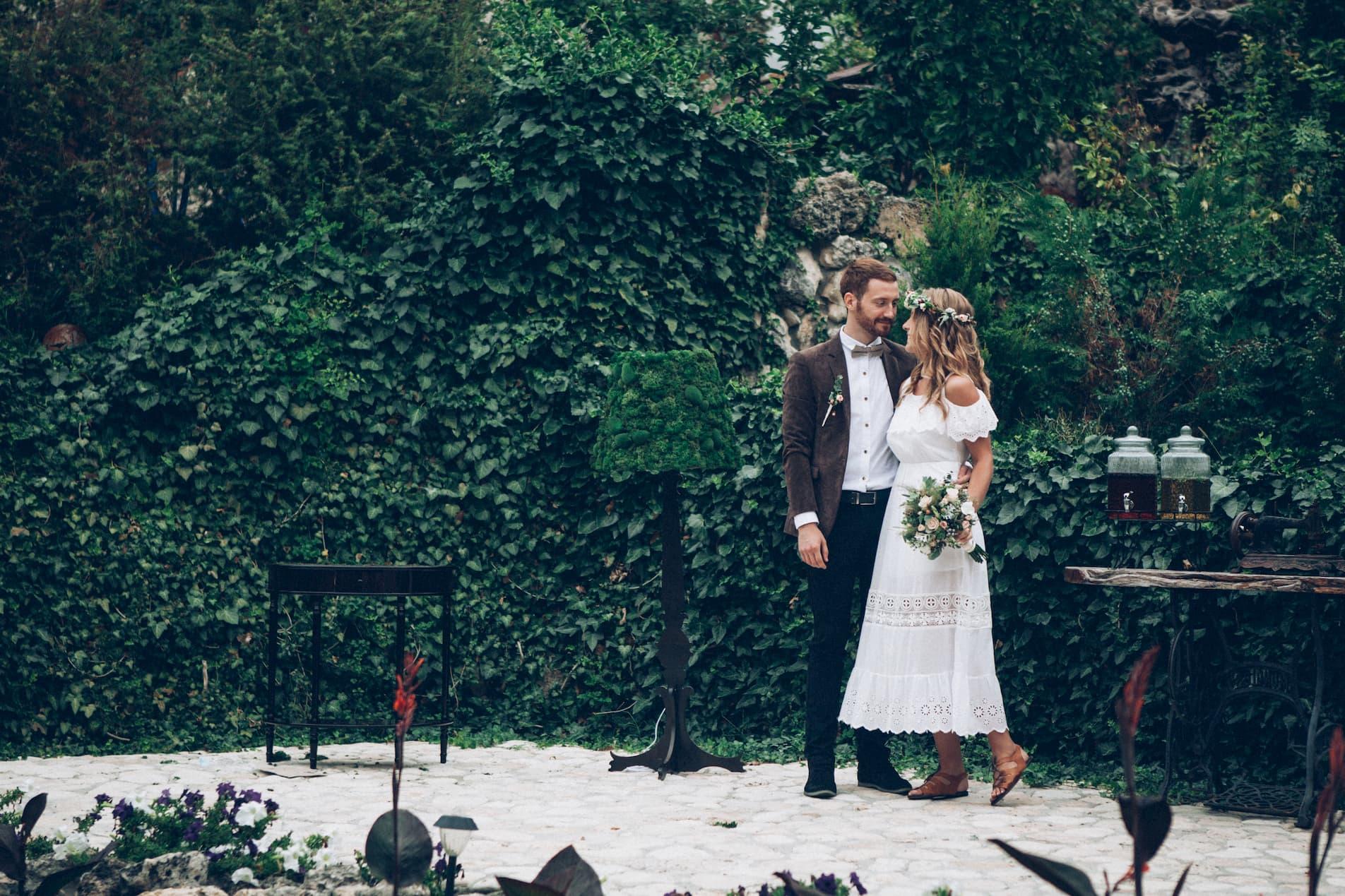 Hochzeitspaar auf einer Terrasse