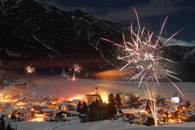 Farbenfroh ins neue Jahr: Die besten Fotos vom Feuerwerk aus Tirol ...
