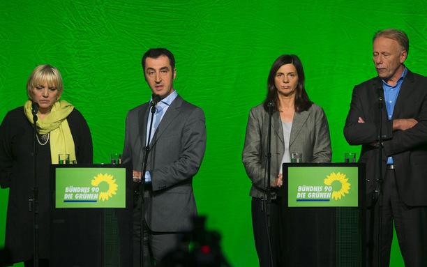 Umbruch bei den Grünen: Der Bundesvorstand mit den beiden Vorsitzenden Claudia Roth (links) und Cem Özdemir sowie der Parteirat mit den Spitzenkandidaten Jürgen Trittin und Katrin Göring-Eckart stellen ihre Ämter zur Verfügung.