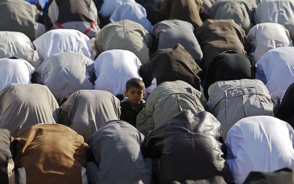 15. Oktober 2013: Ein kleiner Junge umgeben von betenden Muslime anlässlich des heute beginnenden islamischen Opferfestes Eid al-Adha. Es bildet den Höhepunkt der jährlichen Pilgerfahrt nach Mekka und dauert vier Tage.