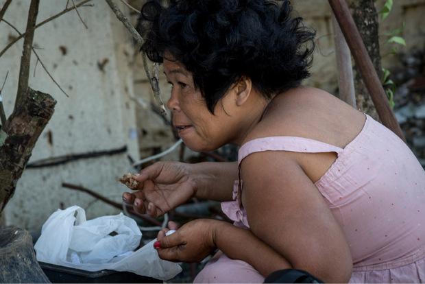 Essen, was noch essbar erscheint. In manchen Stadtteilen ist Hilfe noch immer nicht angekommen. Die Menschen dort essen das, was sie in den Trümmern finden - und riskieren damit auch ihr eigenes Leben, denn es drohen Seuchen.