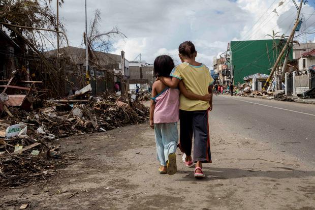 Die Überlebenden versuchen zusammenzuhalten und zu überleben. Doch in der zerstörten Stadt sind die Menschen auf Hilfe von Außen angewiesen.
