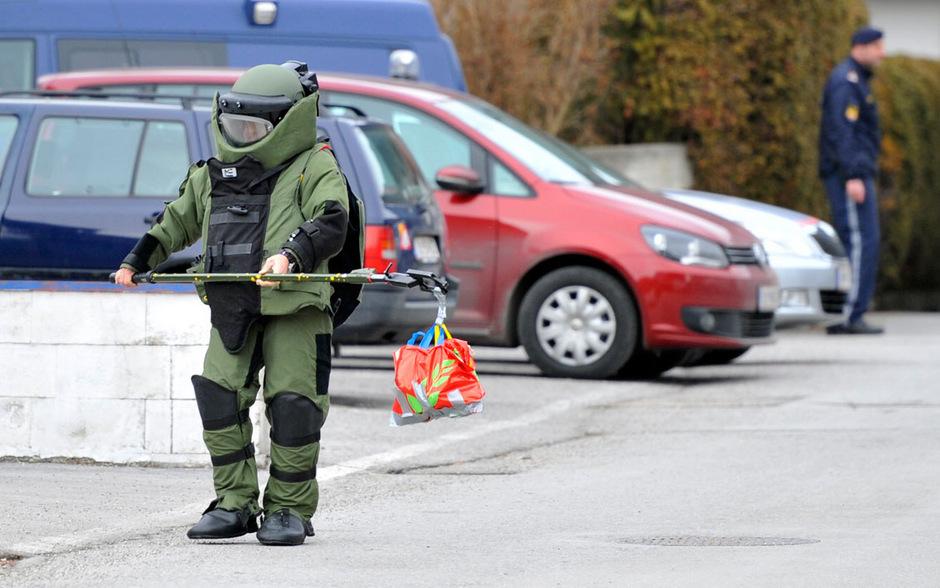 2. Jänner 2014: Bei einem Sprengstoffunfall in Zirl wurde ein 62-jähriger Mann schwer verletzt. Das sprengstoffkundige Sonderkommando (SKO) des Landeskriminalamts hat Ermittlungen aufgenommen.