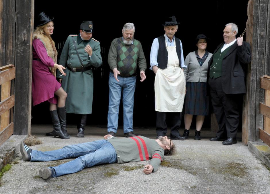"""""""Der Bockerer"""" (Premiere: 21. Juni) ist das Herzstück von """"stummer schrei"""". Regie führt Thomas Gassner, der hier theatralisch am Boden liegt.<span class=""""TT11_Fotohinweis"""">Foto: Haun</span>"""