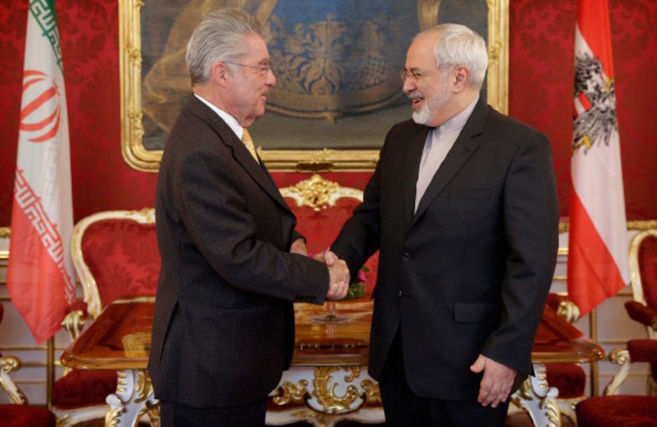 Österreichs Bundespräsident Fischer begrüßt den iranischen Außenminister Mohamad Zarif in Wien.