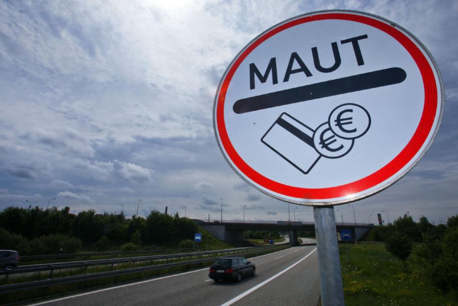 Der deutsche Verkehrsminister Dobrdindt will eine Pkw-Maut einführen. Die EU sieht in den Plänen Rechtsverstöße.