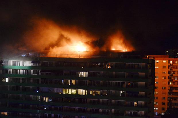 In der Nacht zum 21. Juli brach im O-Dorf am Dach des Hochhauses in der An-der-Lan-Straße 41/43 ein Feuer aus.