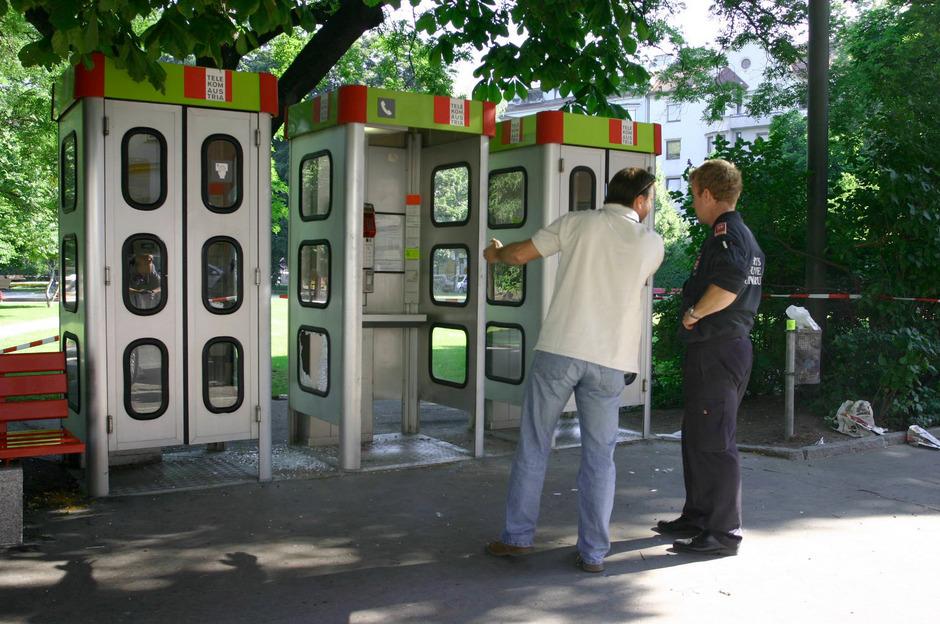 Ermittler vor der Telefonzelle, in der Daniela Kammerer im Juni 2005 erstochen wurde.