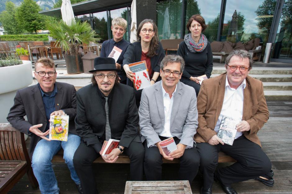 Im Bild: (hinten von links): Valerie Besl, Magdalena Kauz und Ulrike Wörner; (vorne v.l.): Christian Yeti Beirer, Heinz D. Heisl, Urs Heinz Aerni und Elias Schneitter.