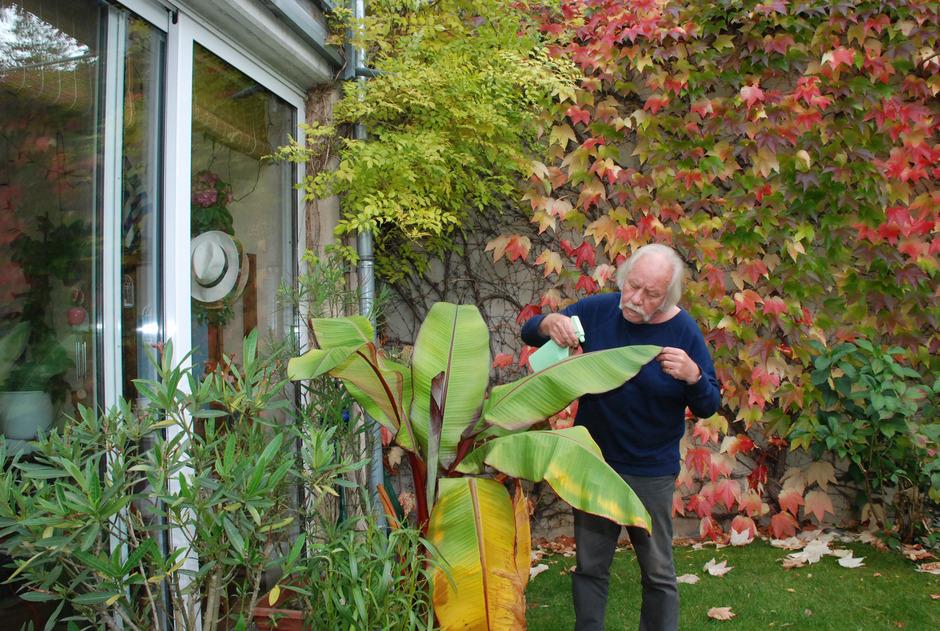 Viktor Haid im herbstlich gefärbten Vorgarten.