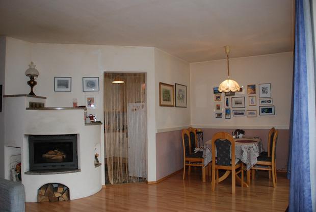 Ofen, Küchenzugang, Essplatz – das innerfamiliäre Kommunikationszentrum in der Haid-Wohnung.