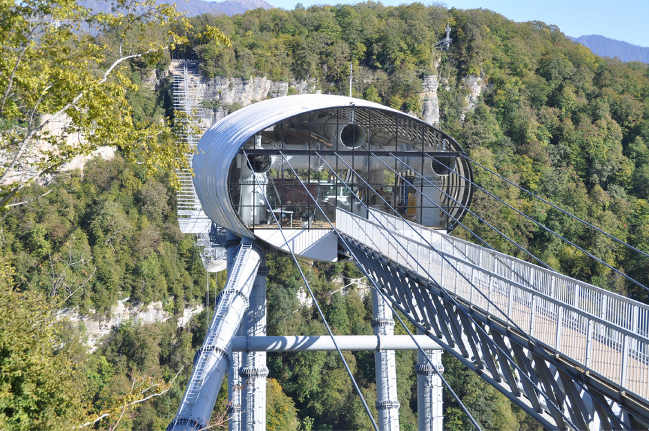 Ein 72 m langer fixer Steg führt von festem Boden aus zu einer Plattform auf gewaltigen Stützen, von der die eigentliche Hängebrücke losgeht.