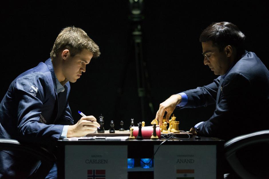 Magnus Carlsen und Viswanathan Anand spielten zum Auftakt Remis.