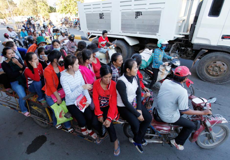 Textilarbeiter in Phnom Penh auf dem Heimweg nach der Arbeit.
