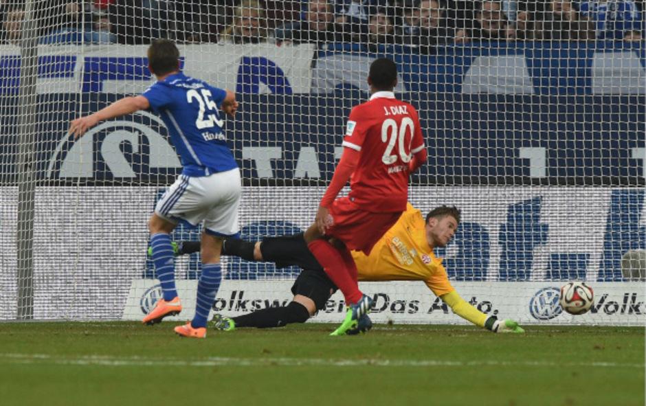Mann des Tages: Klaas-Jan Huntelaar schoss Schalke mit drei Toren quasi im Alleingang zum Sieg.