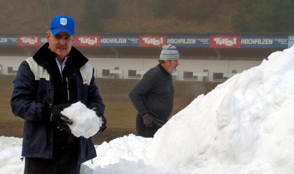 Franz Berger (OK-Vorsitzender) freut sich im Biathlonstadion Hochfilzen über die ersten Schneelieferungen.