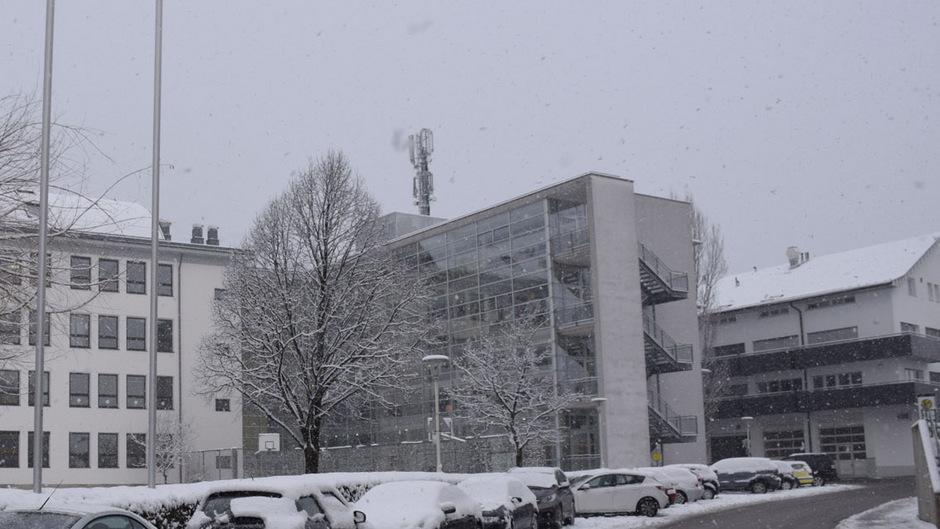 Zwei Mobilfunkanbieter teilen sich neuerdings den versetzten Mast auf dem Gebäude der Neuen Mittelschule in Schwaz.