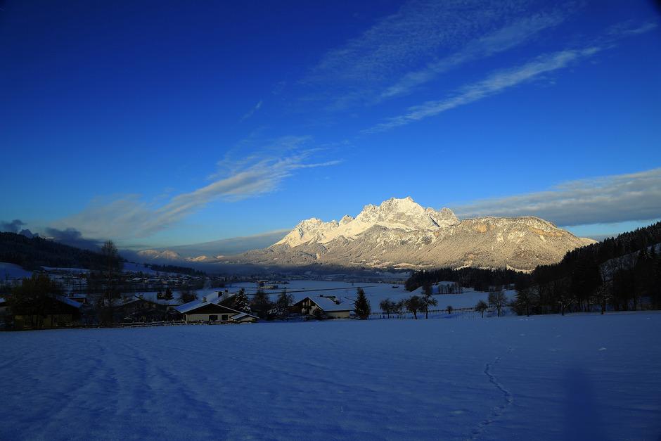 Dieser Prachtblick ist Frühaufstehern vorbehalten. Der Wilde Kaiser im ersten Morgenlicht, betrachtet vom Standort Weiler Reitham in St. Johann in Tirol.