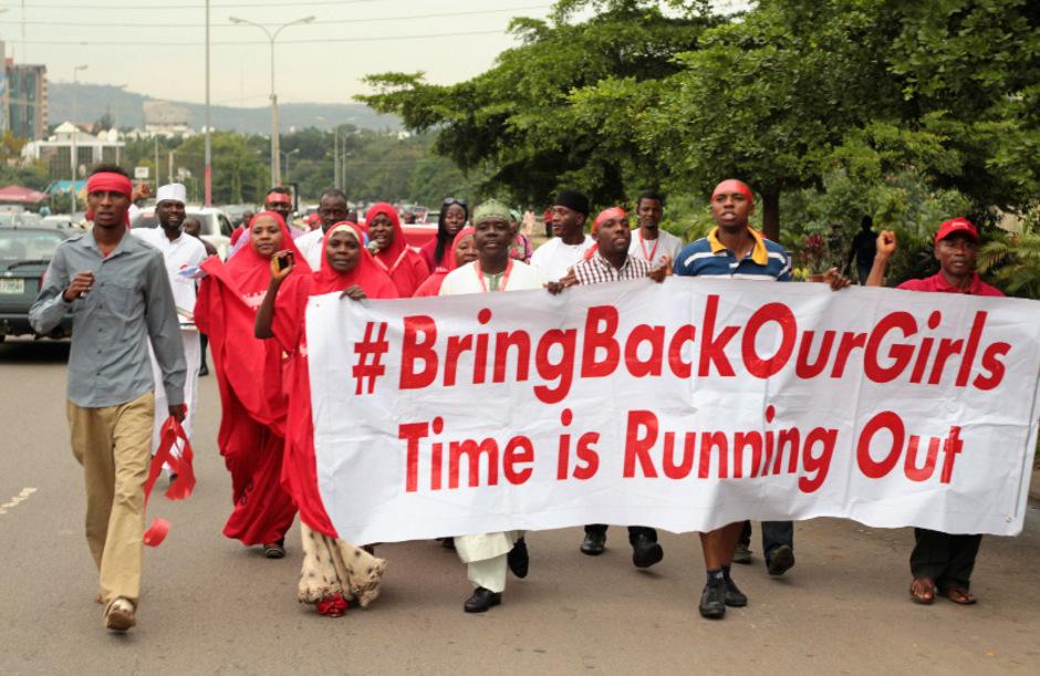 """2014 wurden knapp 300 Schülerinnen in Nigeria entführt. Menschen gingen mit der Kampagne """"Bringt unsere Mädchen zurück"""" auf die Straße."""
