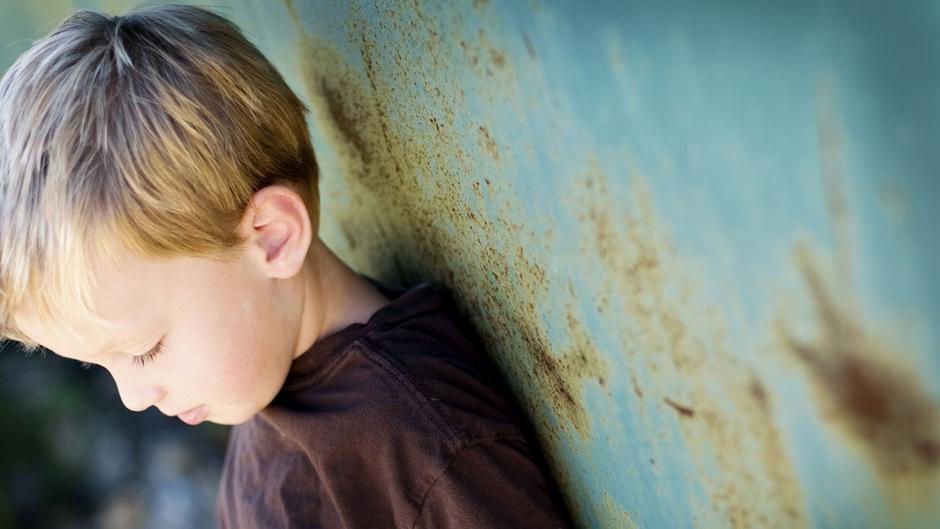 Ausgrenzung und emotionale Vernachlässigung sind traumatische Erfahrungen, mit denen Kinder im schlimmsten Fall ihr ganzes Leben zu kämpfen haben.