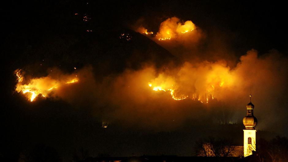 Dramatische Bilder, die niemand in Absam je vergessen wird: Am 20. März wütete oberhalb des Ortes der verheerende Waldbrand.