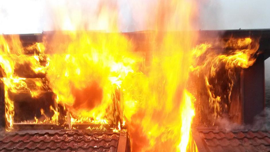 Flammen schlagen aus dem Dachgeschoss des Berchtoldshofs.