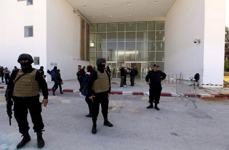 Am Donnerstag bewachte die Polizei das Nationalmuseum in Tunis. Eine Tirolerin entkam den Attentätern, weil sie sich gegen einen Besuch entschied.