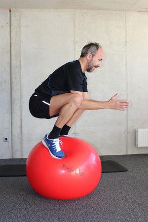 Bei dieser Balanceübung beansprucht Georg Juen alle Muskelpartien – auch den Beckenboden.