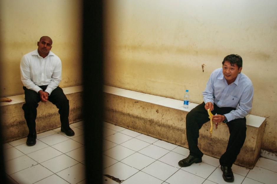 Myuran Sukumaran und Andrew Chan (r.) vor einem Gerichtstermin im Oktober 2010.