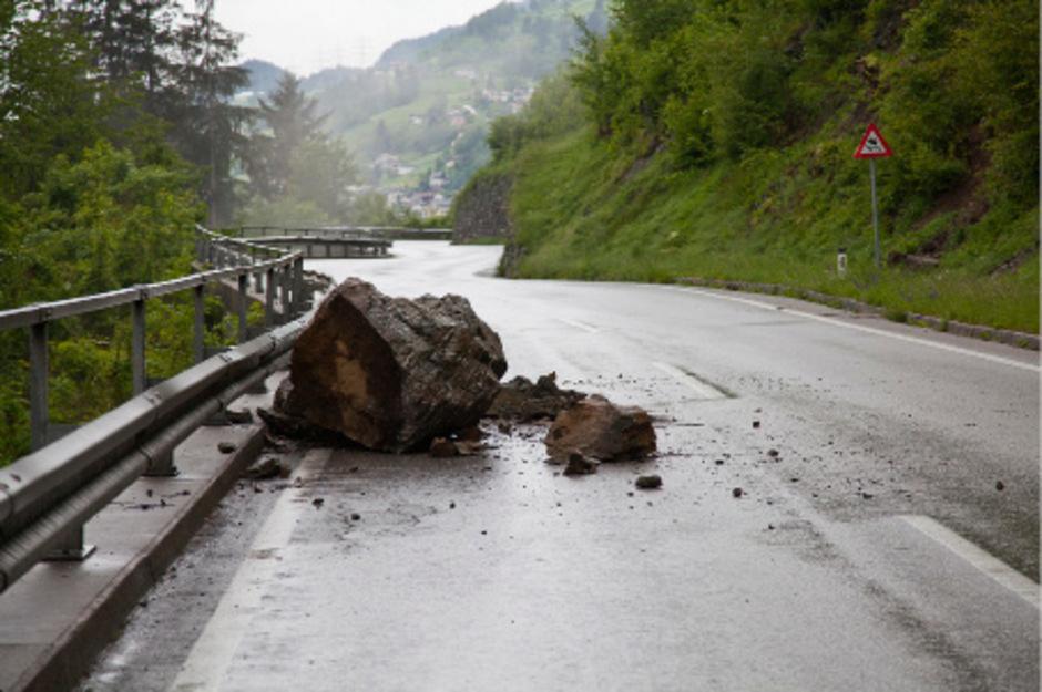 Ein Felssturz auf der Pitzalstraße führte zur Straßensperre.