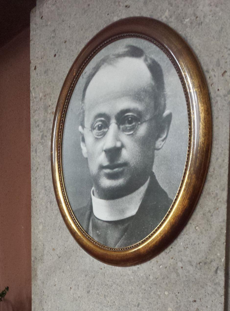 Vor der Wallfahrtskirche in Götzens wird am 75. Todestag das Denkmal für den seligen Otto Neururer eingeweiht.