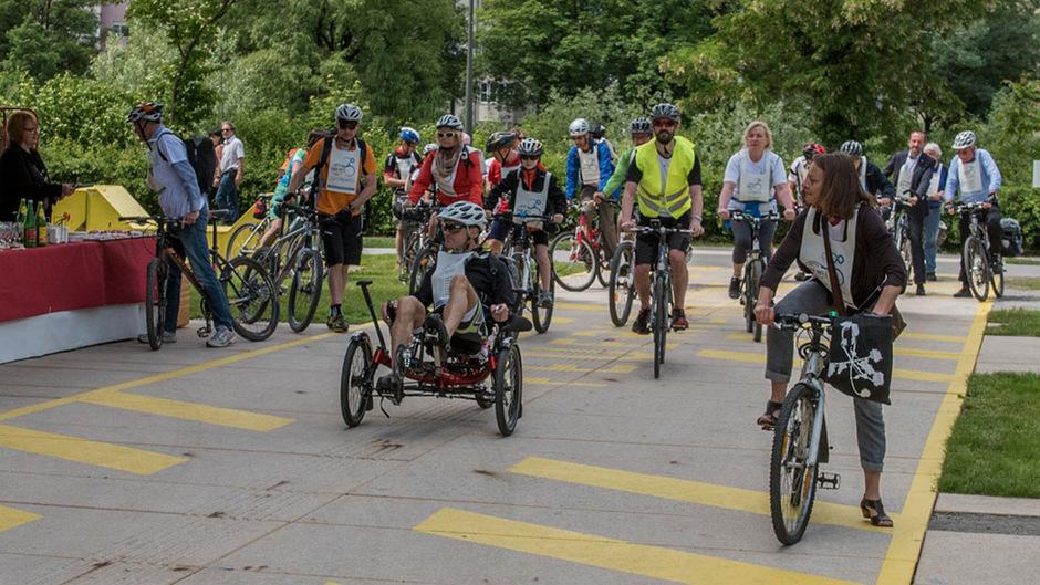Die ersten Radler machten sich gestern in Innsbruck auf den Weg.