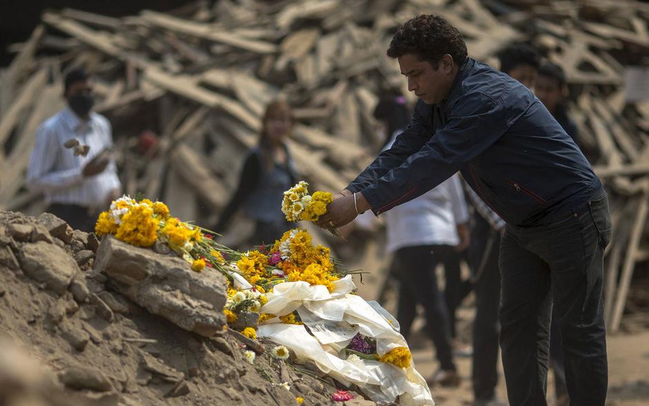 In Kathmandu legten Menschen zum Ende der 13-tägigen Trauerzeit an den zerstörten tempeln Blumen für die Opfer der Naturkatastrophe nieder.