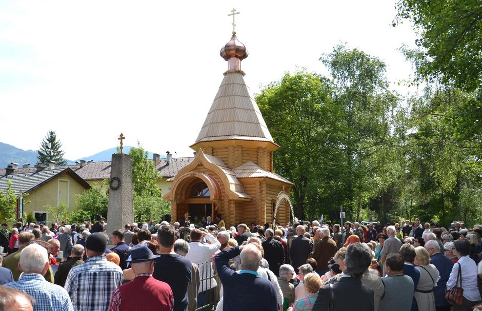 Unzählige Besucher aus nah und fern waren bei der Einweihung der hübschen Holzkapelle dabei.