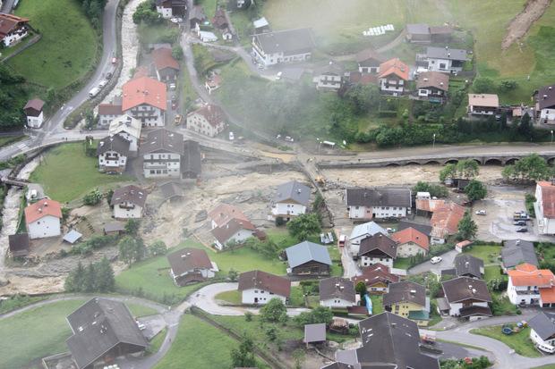 Ein Bild vom Hubschrauber aus zeigt die schweren Schäden in Sellrain.