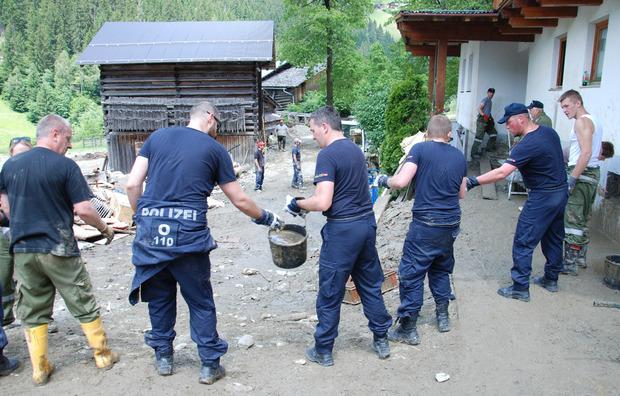 Polizisten aus Oberösterreich im Hilfseinsatz.