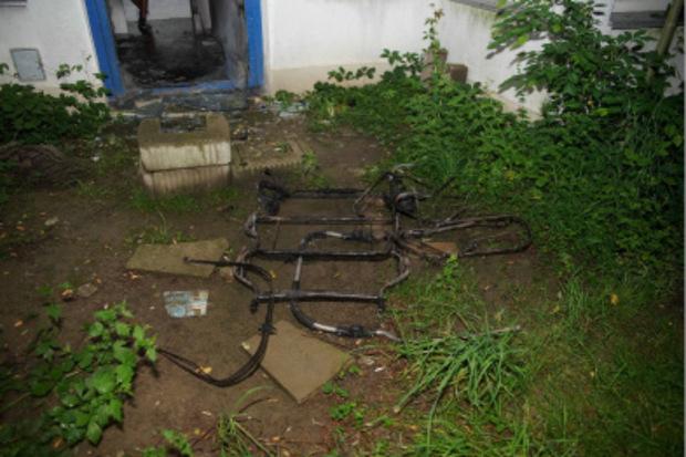 Der Kinderwagen brannte bis auf das Metallgerüst nieder, der Eingangsbereich des Wohnhauses wurde verwüstet.