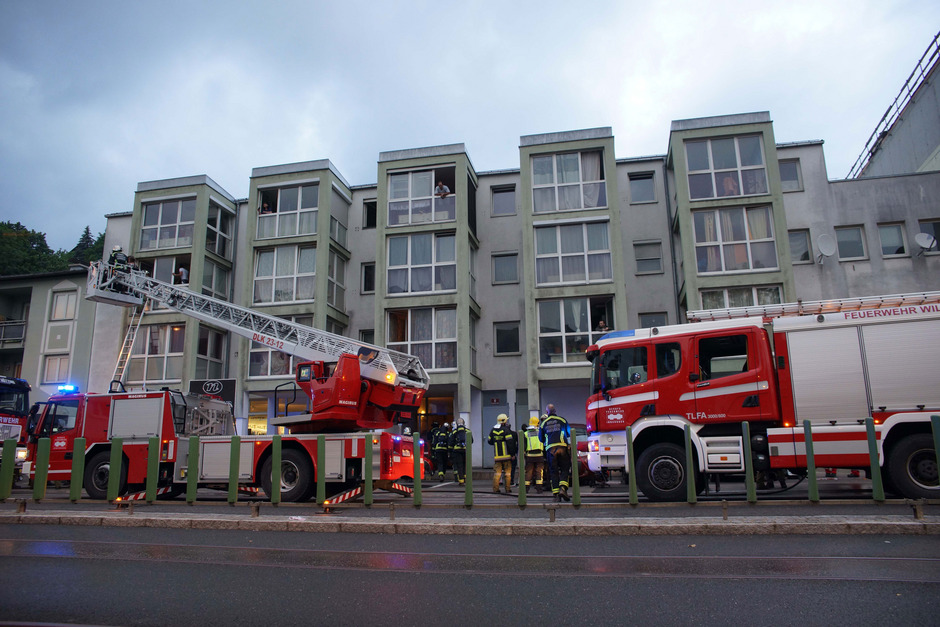 Drei Personen mussten von der Feuerwehr mittels Drehleiter evakuiert werden.