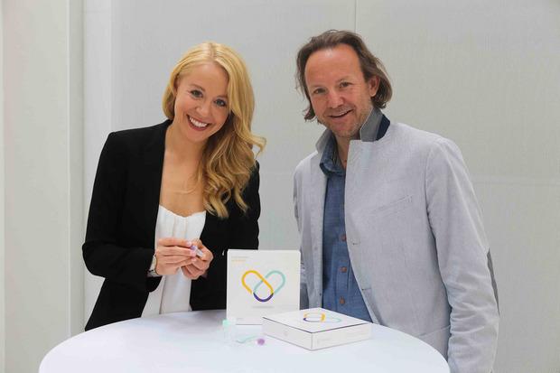 Bianca Gfrei und Roland Fuschelberger zeigen den Selbsttest.