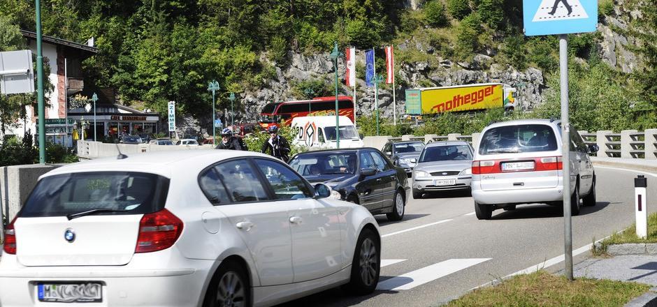 An Spitzentagen quälen sich bis zu 29.000 Pkw über den Fernpass. Richtung Deutschland bringen die geplanten Tunnels keine Entlastung.