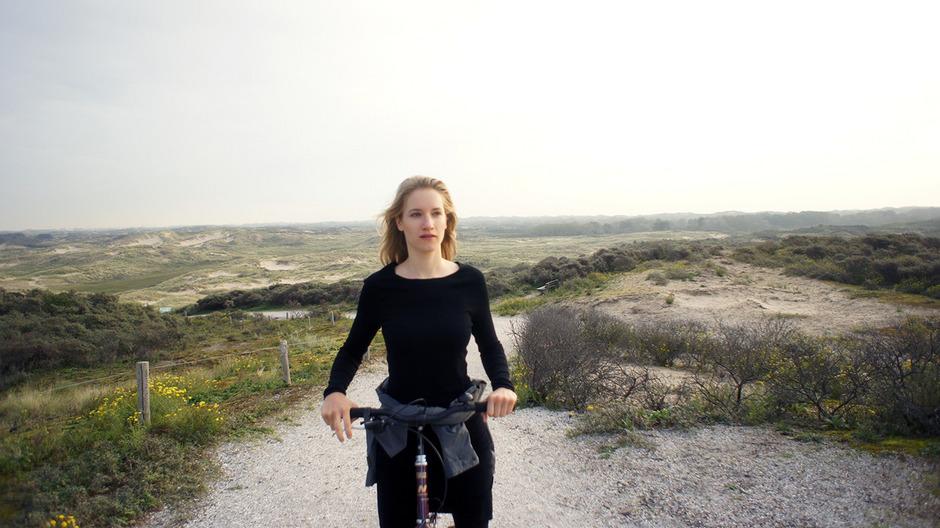 """Elisabeth Umlauft spielte in Caspar Pfaundlers """"Gehen am Strand"""" als Studentin Anja ihre erste Kinohauptrolle."""