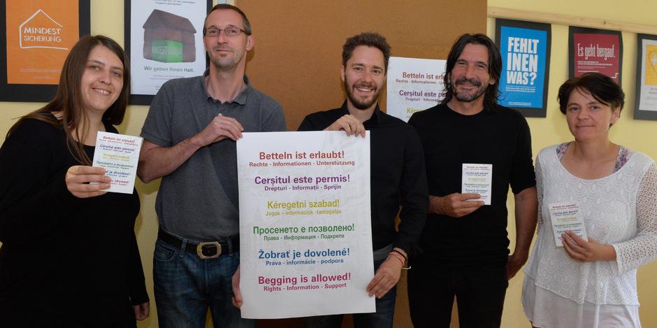Von links: Elisabeth Hussl (Bettellobby Tirol), Franz Wallentin (Streetworker), Ronald Frühwirth (Rechtsanwalt), Markus Schennach (Freirad) und Lisa Genslucker (Initiative Minderheiten Tirol) präsentierten den Ratgeber in Innsbruck.