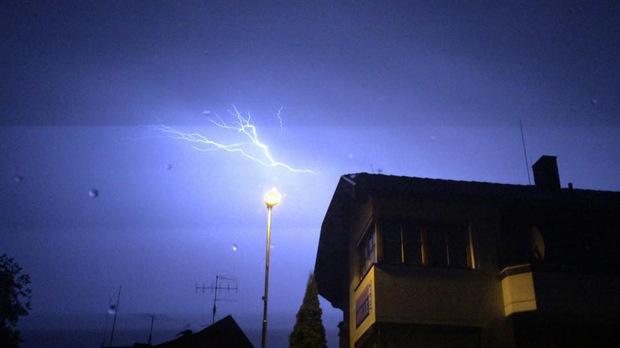 Blitze zuckten in der Nacht auf Mittwoch quasi im Sekundentakt über Tirol, wie hier in Arzl im Pitztal.