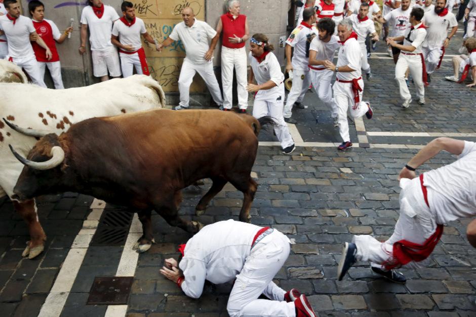 Viele der waghalsigen Läufer zogen sich beim Rennen durch die engen Gassen von Pamplona durch Schläge oder bei Stürzen leichte Verletzungen zu.