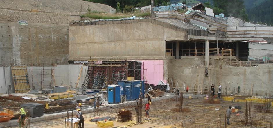 Im Untergeschoß 2 für den Erweiterungsbau des Congress Centrums Alpbach wird mit Hochdruck gearbeitet.