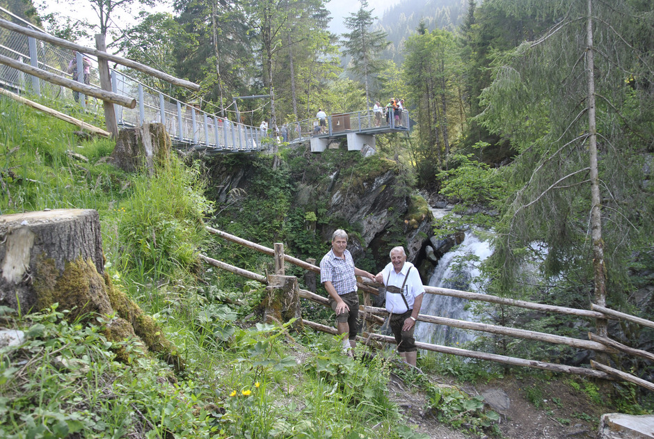 Ein Imposanter Blick Auf Den Kirchberger Wasserfall Tiroler