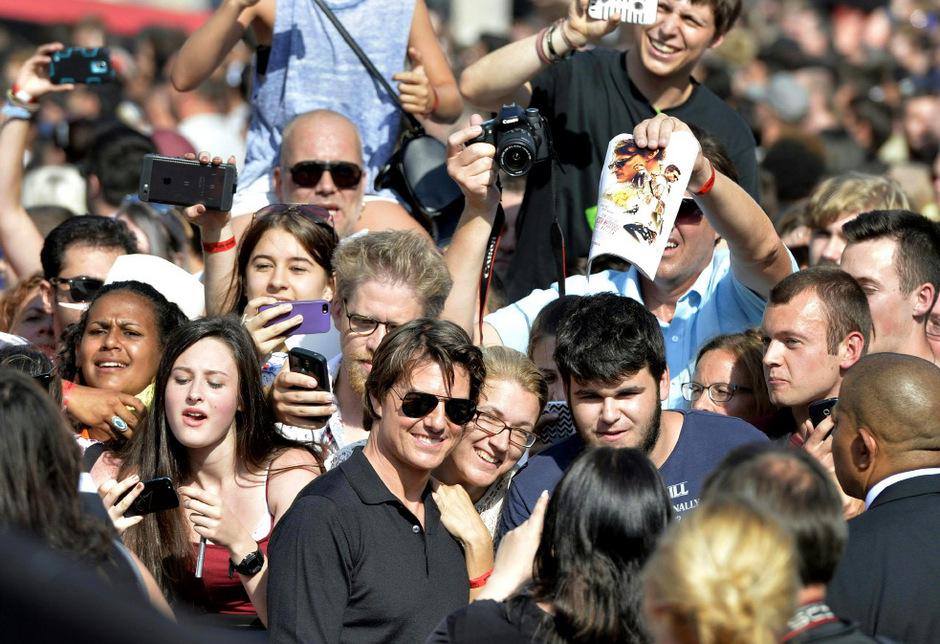 Tom Cruise badet in der Menge, die Fans flippen aus.
