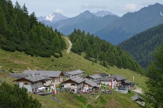 Die Vallmingalm ist eines der wenigen Almdörfer Südtirols und bekannt für ihren exzellenten Graukäse.