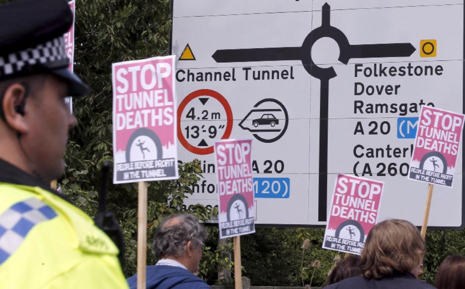 Dutzende Flüchtlinge versuchen täglich durch den Eurotunnel vom französischen Calais nach Großbritannien zu gelangen. Dabei gibt es immer wieder Tote.