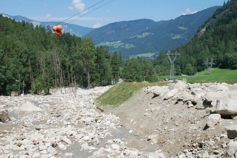 Das Auffangbecken von 2013 ist voll, die Tiwag müsste die Strommasten erhöhen, damit die Dämme wachsen können.